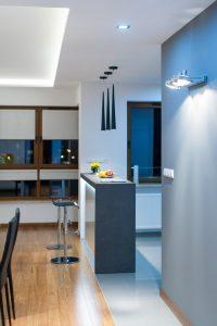 Wysoki barek z hokerami między salonem a kuchnią