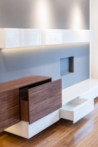 Zabudowa na wymiar w salonie z bezuchwytowymi szufladami