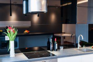 Nowoczesna, biało-czarna kuchnia z wpuszczanym zlewem stalowym