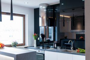 Biało-czarna kuchnia z okrągłym okapem w stylu nowoczesnym