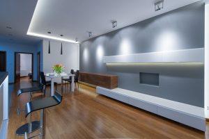 Nowoczesny salon z półkami na wymiar i punktowym oświetleniem