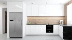 Wizualizacja kuchni z białymi meblami i ścianą w fornirze, z lodówką side by side