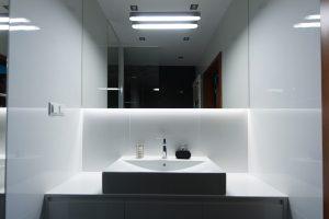 Biała łazienka w stylu industrialnym