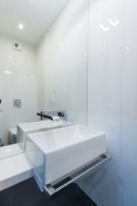 Biała łazienka z umywalką nablatową i nowoczesną armaturą