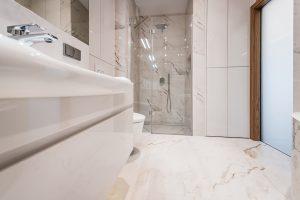 Łazienka w marmurze z prysznicem we wnęce