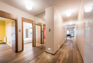 Duży hol z szafą na wymiar z lustrzanymi drzwiami i podświetleniami