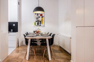 Jadalnia z dużym stołem i wiszącą lampą