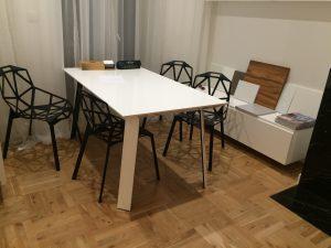 Stół do pracy z nowoczesnymi krzesłami