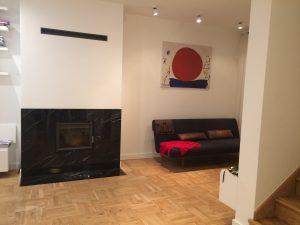 Nowoczesny salon z sofą i kominkiem