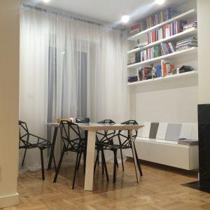 Miejsce do pracy będące częścią salonu, półki według projektu indywidualnego
