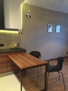 Aranżacja obejmuje wykończenie, meble i wyposażenie, a także niektóre dodatki, np. stylowe lampy