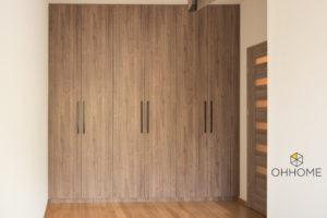 Bardzo pojemne, wysokie szafy na wymiar w przedpokoju, w kolorze drewna