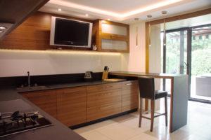Duża, otwarta kuchnia z telewizorem