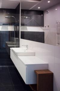 Biało-czarna, nowoczesna łazienka z dużym lustrem
