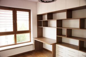 Gabinet z biurkiem i zabudową ściany na wymiar