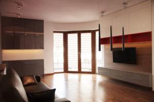 Salon z zabudową na wymiar i skórzaną sofą