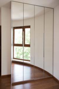 Duża szafa garderobiana na wymiar z lustrzanymi drzwiami