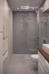 Szara łazienka z prysznicem z odpływem liniowym i deszczownicą