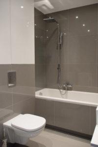 Biało-szara łazienka z błyszczącymi płytkami