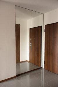 Hol z wysoką zabudowaną szafą z lustrzanymi drzwiami