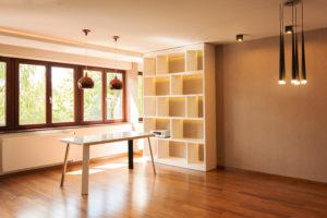 Salon z jadalnią z zabudową i stołem na wymiar według projektu indywidualnego