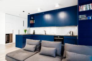 Granatowe meble w kuchni otwartej na salon