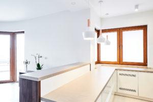Kuchnia otwarta na salon z wysokim barkiem