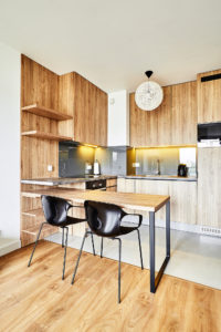 Kuchnia w drewnianym fornirze z dobudowanym stołem