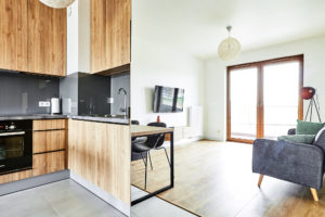 Salon z aneksem kuchennym w fornirze drewnianym