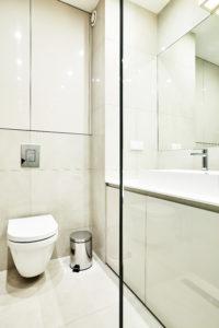 Biała łazienka w stylu minimalistycznym